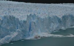 Reuze ijsberg die gletsjer afbreekt Stock Foto's