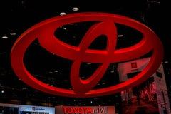 Reuze Rood Toyota-Embleem dat op Chicago Autoshow 02/17/2019 wordt genomen stock fotografie