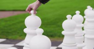 Reuze schaakspel Schaak wit pand die zich eerst bewegen stock videobeelden