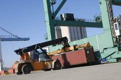 Reuze vorkheftruck-vrachtwagen op het werk stock fotografie