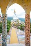 Reuze witte Boedha bij Wat Pha Sorn Kaew-tempel Stock Afbeeldingen