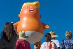 Reuzeballon van President Donald Trump als baby stock afbeelding