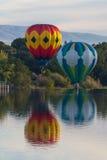 Reuzeballons over Yakima-rivier Stock Foto