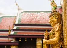 Reuzebeeldhouwwerk in Wat Phra Kaew Temple stock afbeeldingen