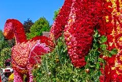 Reuzediedinosaurus van duizenden rozen in Rosenfest in Steinfurth dichtbij Slechte Nauheim, Duitsland wordt gemaakt royalty-vrije stock fotografie