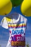ReuzedieT-shirt door ballons bij Kleurenlooppas wordt opgeheven  Stock Foto's