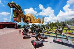 Reuzedraakmonument en Chinees Kungfustandbeeld Royalty-vrije Stock Fotografie