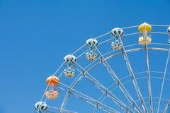 Reuzeferriswiel tegen blauwe hemel Stock Foto's