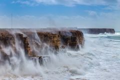 Reuzegolven tijdens een onweer in Sagres, Costa Vicentina Royalty-vrije Stock Foto's