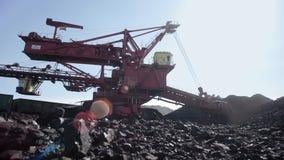 Reuzegrijpexcavateur voor open kuilkolenmijn - bruinkool stock footage