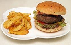 Reuzehamburger met spaanders Stock Foto