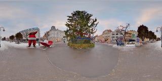 Reuzekerstboom in PiaÈ› een Trandafirilor, Târgu MureÈ™, Roemenië Royalty-vrije Stock Foto's