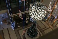 Reuzekerstboomdecoratie binnen Galeries stock foto