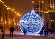 Reuzekerstmisornament op Manezh-Vierkant in Moskou, Rusland royalty-vrije stock afbeeldingen