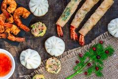 Reuzekoningsgarnalen en selectie van mini Chinese bollen met zoete Spaanse peper onderdompelende saus royalty-vrije stock foto's