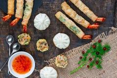 Reuzekoningsgarnalen en selectie van mini Chinese bollen met zoete Spaanse peper onderdompelende saus royalty-vrije stock fotografie