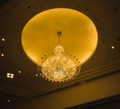 Reuzekroonluchter met het gloeien het gele zelfde van het cirkelplafond zoals de maan Stock Afbeelding