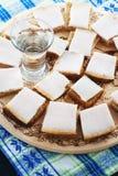 Reuzel met brood en een glas wodka op een dienblad Royalty-vrije Stock Afbeeldingen