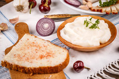 Reuzel op naar huis gebakken brood wordt uitgespreid dat Stock Afbeeldingen