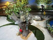 Reuzelibelbeeldhouwwerk in het Park Jaime Duque stock illustratie