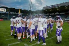 Reuzen versus Raiders vikingen stock foto's