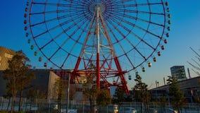 Reuzenrad achter de blauwe hemel in wijd geschotene de tijdtijdspanne van Odaiba Tokyo stock footage