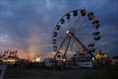 Reuzenrad bij de markt bij zonsondergang Stock Foto