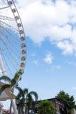 Reuzenrad, blauwe hemel en wolken Royalty-vrije Stock Foto's
