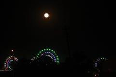 Reuzenrad in de donkere hemel wordt verlicht die Stock Fotografie