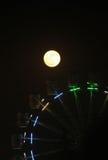Reuzenrad in de donkere hemel wordt verlicht die Stock Afbeelding