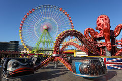 Reuzenrad en carrousel Royalty-vrije Stock Foto's