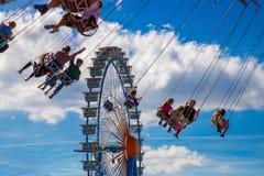 Reuzenrad en carrousel in motieonduidelijk beeld bij bij de grootste mensen royalty-vrije stock foto's