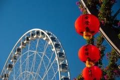 Reuzenrad en Chinese lantaarns bij de Tuinen van de Zuidenbank, Brisbane royalty-vrije stock fotografie