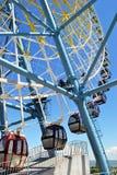 Reuzenrad met kleurrijke cabines royalty-vrije stock fotografie