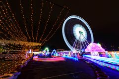 Reuzenrad met verlichting bij Carnaval-park in nacht royalty-vrije stock afbeelding