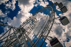 Reuzenrad tegen bewolkte blauwe hemel Royalty-vrije Stock Foto's