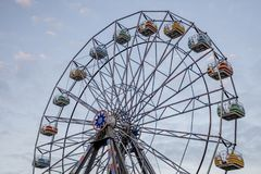 Reuzenrad tegen blauwe hemel stock foto
