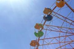 Reuzenrad tegen de blauwe hemel royalty-vrije stock fotografie