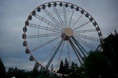 Reuzenrad van witte kleur tegen de achtergrond van een donkere hemel en wolken Royalty-vrije Stock Foto's