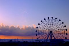 Reuzenradsilhouet met zonsondergangachtergrond stock fotografie