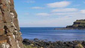 Reuzenverhoogde weg - een populair oriëntatiepunt in Noord-Ierland stock footage