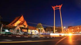 Reuzeschommeling en Suthat-Tempel bij Schemering in Bangkok Stock Foto