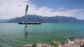 Reuzestaalvork in water van het meer van Genève stock video