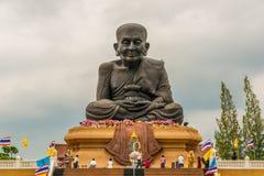 Reuzestandbeeld van de monnik Luang Phor Thuad Royalty-vrije Stock Afbeeldingen