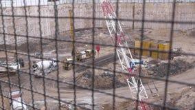 Reuzestichtingskuil bij bouwwerf van wolkenkrabber stock footage