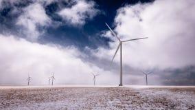 Reuzewindmolens die over een Bevroren Landschap spinnen royalty-vrije stock fotografie