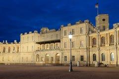 Revérbero velho na perspectiva de uma entrada principal da noite do palácio de Gatchina em maio Gatchina, Rússia fotografia de stock royalty free