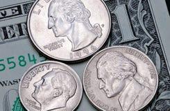 Revés de la moneda 25, 10, 5 centavos de los E.E.U.U. en un billete de banco 1 dólar de EE. UU. Fotografía de archivo libre de regalías