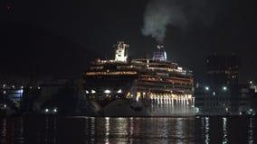 Revés noruego de la joya del trazador de líneas de la travesía que navega el puerto marítimo en la noche oscura Lapso de tiempo almacen de metraje de vídeo