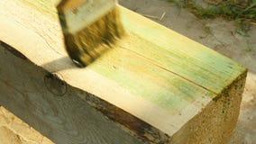 Revêtement antiseptique d'un plan rapproché de faisceau en bois clips vidéos